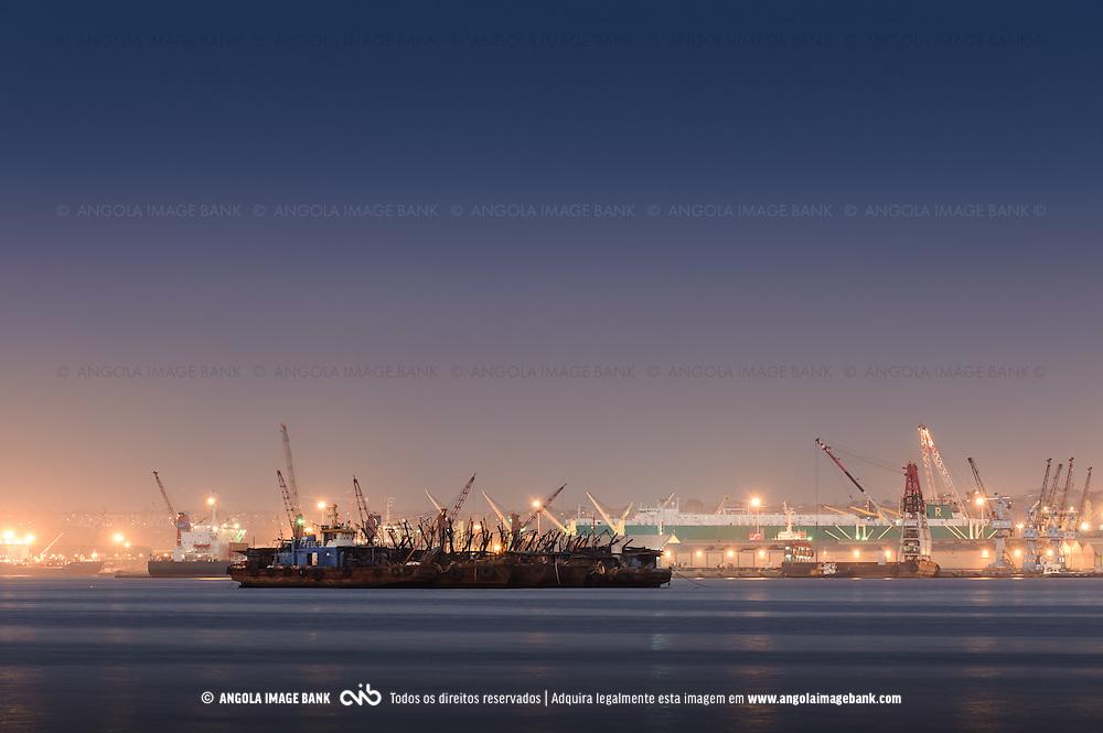 Navios enferrujados prõximo do porto de Luanda, Baía de Luanda, Angola