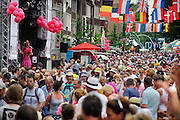 Nederland, Nijmegen, 21-7-2010Deelnemers aan de 4daagse, vierdaagse,  lopen op de tweede dag, de dag van Wijchen, over de voerweg naar de finish op de wedren. Het laatste stuk van het parcours loopt over de Waalkade en door de stad, de Hertogstraat,  waar ook de zomerfeesten plaatsvinden. Traditioneel de roze woensdag. Nijmeegse Annie spreekt de deelnemers bemoedigend toe.The International Four Day Marches Nijmegen (or Vierdaagse) is the largest marching event in the world. It is organized every year in Nijmegen mid-July as a means of promoting sport and exercise. Participants walk 30, 40 or 50 kilometers daily, and on completion, receive a royally approved medal (Vierdaagsekruis). The maximum number is 45,000 .Foto: Flip Franssen/Hollandse Hoogte