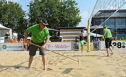 17-07-2014 NED: FIVB Grand Slam Beach Volleybal, Apeldoorn<br /> Poule fase groep A mannen - De Amerikanen waren een wedstrijd vrij aangezien de Duitsers geblesseerd afhaakten. Vrij spel dus op het centercourt / vrijwilligers, crew, officials