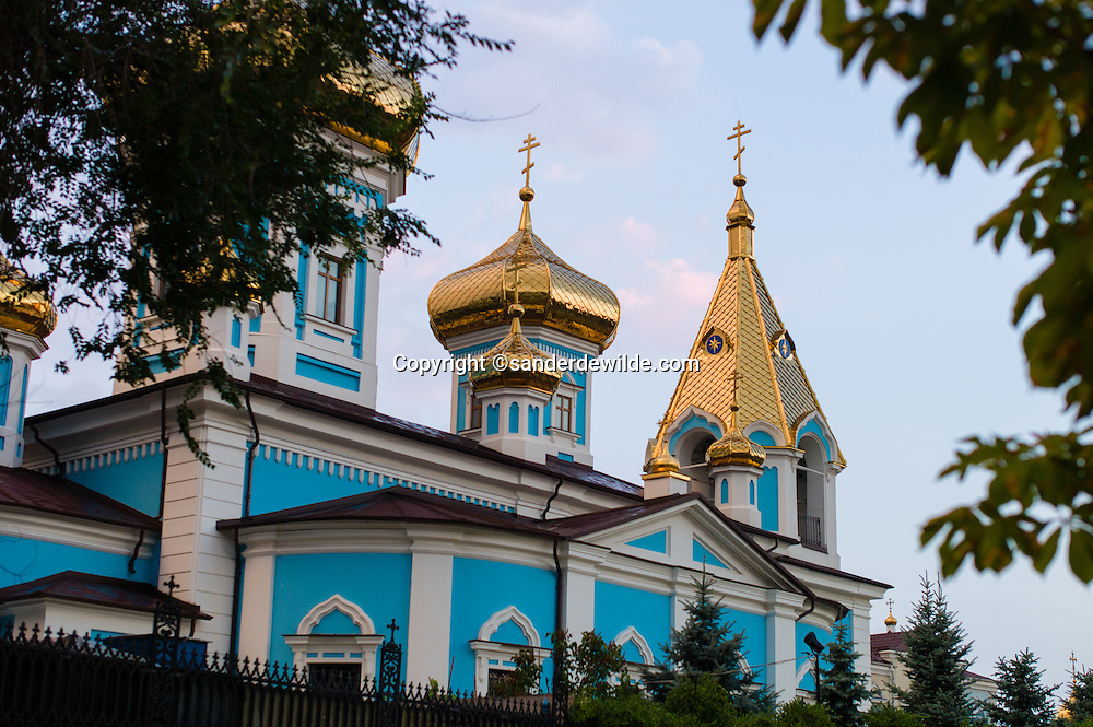 Manastire<br /> Strada Ciuflea<br /> Chişinău<br /> Moldavië with blue walls and golden rooftops