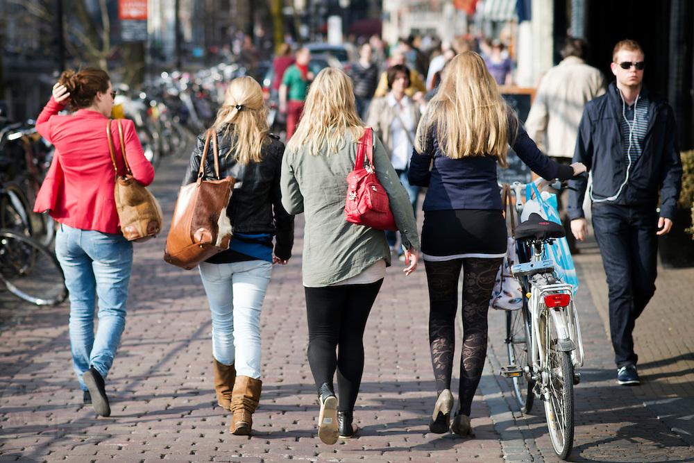 Meisjes lopen modebewust in het centrum van Utrecht.<br /> <br /> Girls are walking fashion wise in Utrecht.