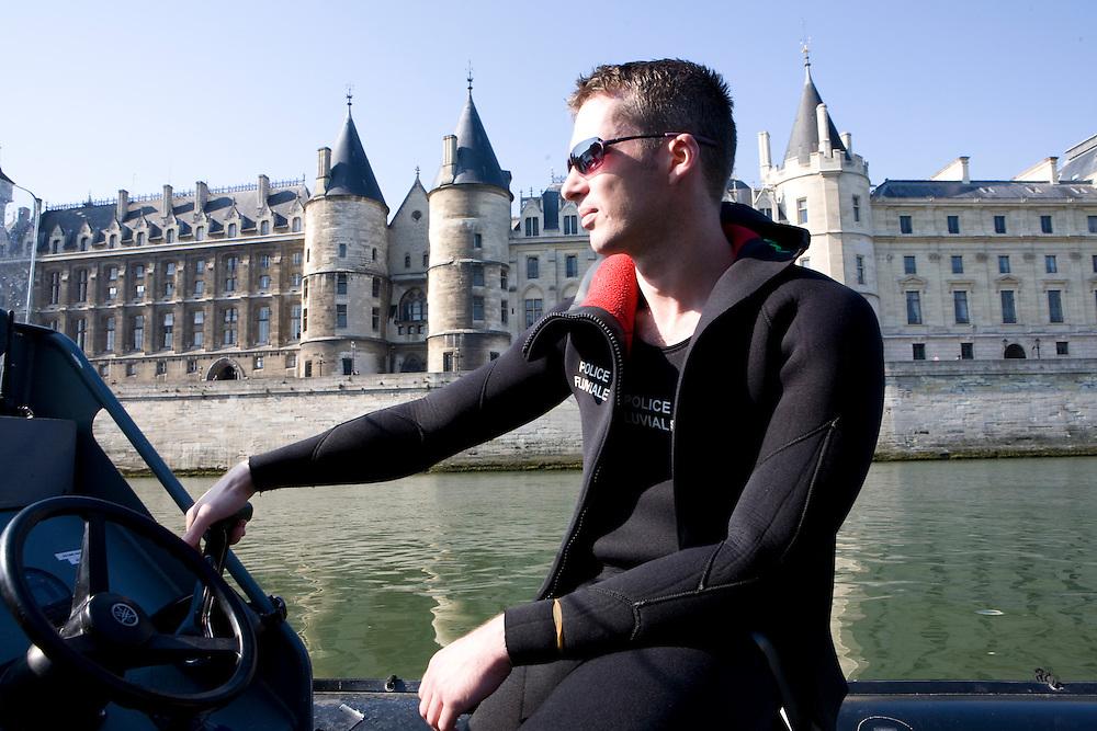 Paris, France. 1er Mai 2009..Brigade Fluviale de Paris..10h00 En entrainement de natation (pendant une heure environ)...Paris, France. May 1st 2009..Paris fluvial squad..10:00 am Swimming training (about an hour)..