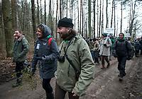 Postolowo, Puszcza Bialowieska, 30.12.2017. Zimowy Spacer Obywatelski w Puszczy . Akcja zostala zorganizowana po tym , jak Nadlesnictwo Hajnowka zamknelo dla turystow kolejne obszary lesne . Protestujacy uwazaja , ze przyczyni sie do zmniejszenia zainteresowania Puszcza turystow a tym samym po raz kolejny oslabi branze turystyczna w regionie Puszczy Bialowieskiej N/z uczestnicy marszu - Adam Wajrak , dziennikarz , ekolog , mieszkaniec Puszczy Bialowieskiej fot Michal Kosc / AGENCJA WSCHOD