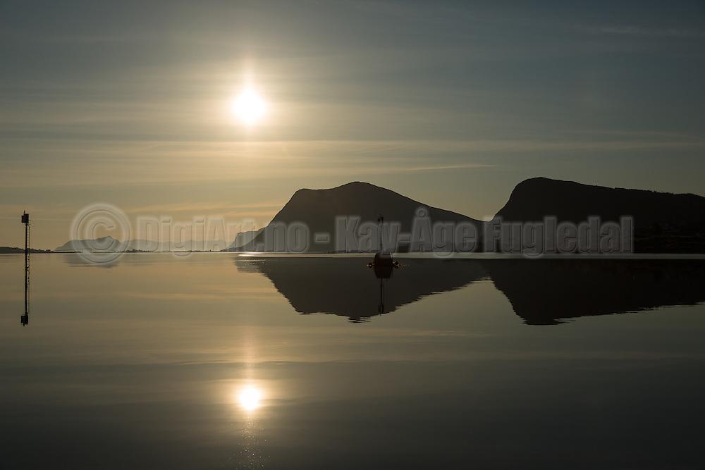 Nice morning with flat ocean and reflections, western Norway | Nydelig morgen med flatt hav og fine refleksjoner på Holmefjorden mot Nørdre Vaulen