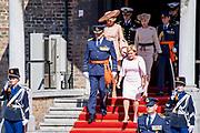 Uitreiking Willems-Orde aan Roy de Ruiter door Koning Willem Alexander Majoor-vlieger Roy de Ruiter kreeg op het binnenhof de Militaire Willems-Orde opgespeld, de hoogste dapperheidsonderscheiding van het koninkrijk.<br /> <br /> Presentation William the Order to Roy de Ruiter by King Willem Alexander Major-flyer Roy de Ruiter received the Military William Order on the courtyard, the highest prowess award of the kingdom.<br /> <br /> Op de foto / On the Photo:  Koning Willem Alexander en Koningin Maxima met Roy de Ruiter