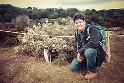Turista na Isla Martillo, mais conhecida como Pinguinera, é uma ilha do Canal de Beagle procurada pelos pinguins em seu período de reprodução. FOTO: Jefferson Bernardes/ Agência Preview