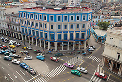 """Caribbean, Cuba, Havana, classic cars and colonial architecture of """"Habana Vieja"""" historic district, a UNESCO World Heritage Site"""