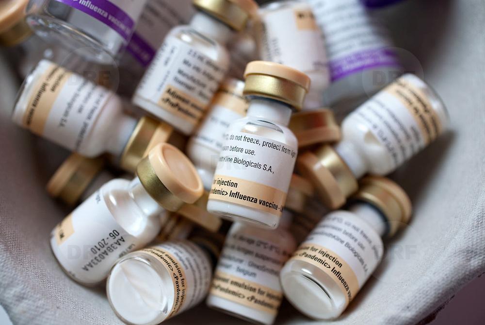 Nederland Rotterdam 26-11-2009 20091126 Foto: David Rozing                        Massa vaccinatie GGD tegen de Mexicaanse Griep in evenementenhal Ahoy Rotterdam. Ampullen met het vaccin tegen het virus H1N1 A, dit vaccin bestaat uit 2 delen welke gemengd moeten worden. Deze vaccinatie is de grootste in de geschiedenis van Nederland, in totaal zijn bijna 44.000 kinderen van een halfjaar tot vijf jaar en huisgenoten van kinderen jonger dan een half jaar opgeroepen om naar Ahoy te komen voor een vaccinatie tegen de Mexicaanse griep. Ook huisgenoten van kinderen tot 6 maanden kunnen een prik krijgen.  De vaccinatie tegen de Mexicaanse griep bestaat uit twee prikken. Het halen van beide prikken is belangrijk om voldoende bescherming te krijgen.  Close up H1N1 A vaccine.  Dutch officials started mass vaccination campaign  a mass immunization by offering vaccin in stadion/ sportcentre Ahoy. Holland's health authority stepped up a mass vaccination campaign and other measures to combat swine flu. dose..Holland, The Netherlands, dutch, Pays Bas, Europe ..Foto: David Rozing