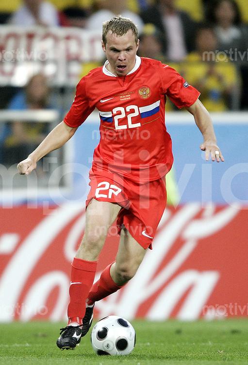 FUSSBALL EUROPAMEISTERSCHAFT 2008 Russland - Schweden    18.06.2008 Aleksandr Anyukov (Russland) am Ball.