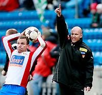 Fotball  Tippeligaen 2008 <br /> Ullevål Stadion 13.04.08<br /> FC Lyn Oslo - HamKam<br /> Ståle Stensaas kaster , Henning Berg roper<br /> <br /> <br /> Foto: Eirik Førde