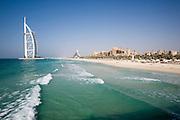 Burj Al Arab (l.), Jumeirah Beach Hotel (m.), Madinat Jumeirah Resort (r.)