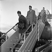 21/01/1962.01/21/1962.21 January 1962.Mr and Mrs Connor Cruise O'Brien return from honeymoon. Dr. Conor Cruise O'Brien and his bride, formerly Miss Marie McEntee, daughter of An Tanaiste, Mr. Sean MacEntee arriving by Boeing Jet at Dublin Airport from New York.