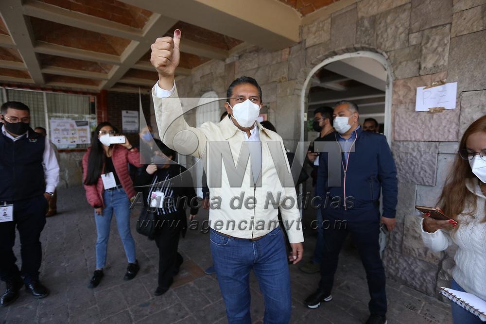 Toluca, México.- Juan Rodolfo Sánchez Gómez, candiato a la presidencia municipal de Toluca, emitió su voto en la casilla ubicada en la colonia Morelos. Agencia MVT / Ramsés Mercado.