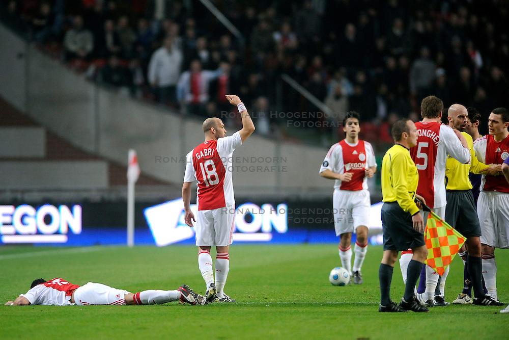 26-02-2009 VOETBAL: UEFA CUP: AJAX - FIORENTINA: AMSTERDAM<br /> Ajax plaatst zich voor de volgende ronde door 1-1 te spelen tegen Fiorentina / Gabri vraagt om medische hulp en rechts ontstaat een opstootje<br /> ©2009-WWW.FOTOHOOGENDOORN.NL