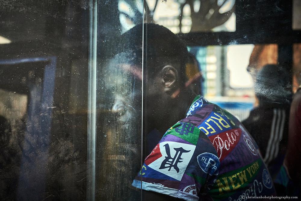 Ein Passagier wartet an der Nairobi Railway Station auf die Abfahrt seines Matatus.