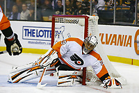 April 5, 2014: Philadelphia Flyers Ray Emery (29) covers the puck. The Boston Bruins defeated the Philadelphia Flyers 5-2 in a regular season NHL Eishockey Herren USA game at TD Garden in Boston, Massachusetts. NHL Eishockey Herren USA APR 05 Flyers at Bruins <br />