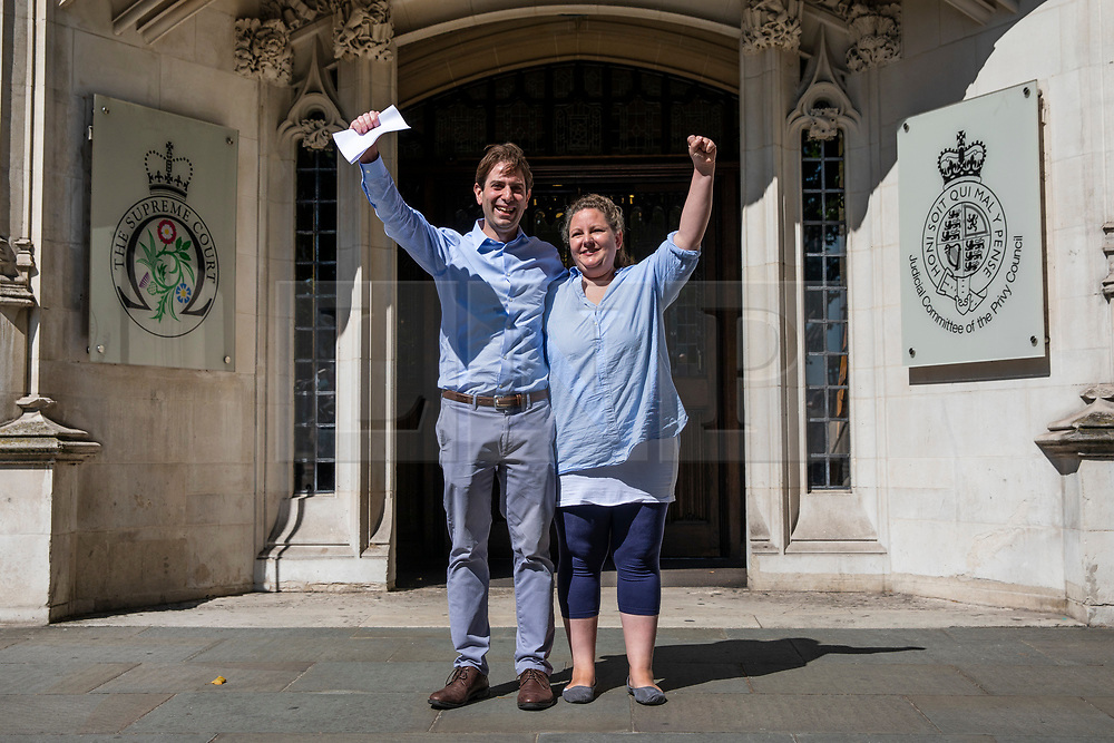 """© Licensed to London News Pictures. 27/06/2018. London, UK. Rebecca Steinfeld and Charles Keidan, who have """"deep-rooted"""" ideological objections to the institution of marriage, leave the Supreme Court after judges ruled in their favour in their legal battle to grant heterosexual couples the right to enter into civil partnership. Photo credit: Rob Pinney/LNP"""