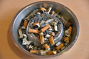 Nederland, Nijmegen, 17-3-2013Asbak waar peuken van sigaretten in liggen. Ashtray where cigarette stubs lie in.Foto: Flip Franssen