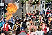 Nederland, Nijmegen, 31-8-2014Gebroeders van Limburg festival in het valkhof, valkhofpark, is een beetje verregend. In de late Middeleeuwen was Nijmegen met de Valkhofburcht de belangrijkste stad in hertogdom Gelre. De drie rond 1380 in Nijmegen geboren gebroeders van Limburg waren beroemde tekenaars en kopiisten die vooral aan het franse hof furore maakten. Met het Gebroeders van Limburgfestival eert de stad hen. Het festival is geinspireerd op de miniaturen die zij maakten, waarbij figuranten het dagelijks leven naspelen.Zondag is de dag van de Blijde incomste waarbij een lange stoet door de binenstad loopt.Foto: Flip Franssen/Hollandse Hoogte