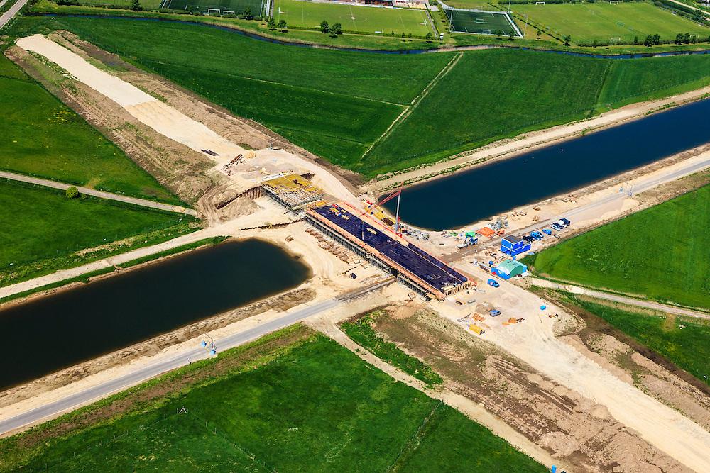 Nederland, Noord-Brabant, Den Bosch, 09-05-2013; werkzaamheden aan de Zuid-Willemsvaart. Begin van het nieuwe kanaal bij Gewande, ten Oosten van Empel. Het kanaal wordt verbreed, uitgegraven en omgelegd - zodat de binnenstad van Den Bosch vermeden kan worden. Het gaat niet alleen om een omlegging, maar ook om een opwaardering zodat grote schepen van het kanaal gebruik kunnen blijven maken. <br /> View on works on the Zuid-Willemsvaart (channel) near Den Bosch (Southern Netherlands), construction of a bridge.<br /> luchtfoto (toeslag op standard tarieven);<br /> aerial photo (additional fee required);<br /> copyright foto/photo Siebe Swart.