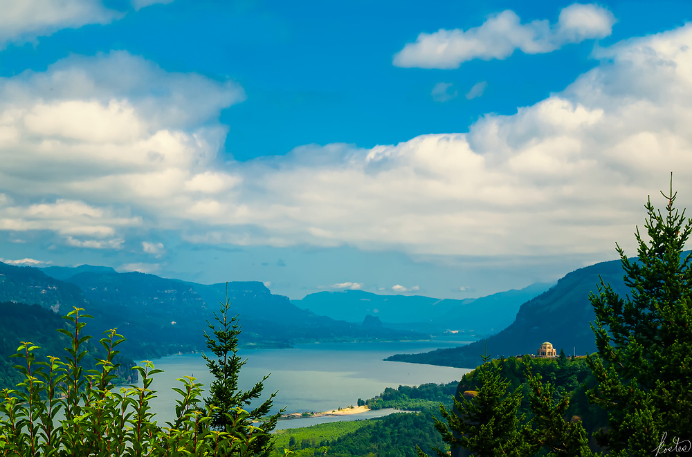 Image of the Vista House overlooking the Columbia Gorge, in Oregon