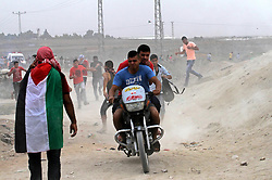 """23.10.2015, Gaza city, PSE, Gewalt zwischen Palästinensern und Israelis, im Bild Zusammenstösse zwischen Palästinensischen Demonstranten und Israelischen Sicherheitskräfte // Palestinian protesters run for cover from tear gas during clashes with Israeli security forces near the border between Israeli and the eastern Gaza city, on October 23, 2015. Palestinian factions called for mass rallies against Israel in the occupied West Bank and East Jerusalem in a """"day of rage"""" on Friday, as world and regional powers pressed on with talks to try to end more than three weeks of bloodshed, Palestine on 2015/10/23. EXPA Pictures © 2015, PhotoCredit: EXPA/ APAimages/ Mohammed Asad<br /> <br /> *****ATTENTION - for AUT, GER, SUI, ITA, POL, CRO, SRB only*****"""