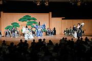De Japanse keizer Naruhito heeft officieel de troon aanvaard en de belofte afgelegd dat hij zijn plicht als symbool van de staat zal vervullen. De 59-jarige Naruhito deed dat in een eeuwenoude ceremonie in de belangrijkste zaal van het keizerlijke paleis in Tokio in aanwezigheid van staatshoofden en gasten uit meer dan 180 landen.<br /> <br /> The Japanese emperor Naruhito has officially accepted the throne and made the promise that he will fulfill his duty as a symbol of the state. The 59-year-old Naruhito did that in an ancient ceremony in the main hall of the Imperial Palace in Tokyo in the presence of heads of state and guests from more than 180 countries.<br /> <br /> Op de foto / On the photo:   Artists perform during a banquet