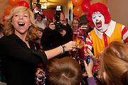 Claudia de Breij, ambassadeur van Ronald McDonald Huis Utrecht, toast met kinderen en Ronald McDonald op de opening van de nieuwe Ronald McDonald Huiskamer Utrecht in het Wilhemina Kinderziekenhuis. Gezinnen met een ziek kind kunnen zich in de Ronald McDonald Huiskamer even terugtrekken uit de drukte van het ziekenhuis en letterlijk tot rust komen in een niet-medische omgeving.<br /> <br /> Dutch cabaretier Claudia de Breij  and ambassador of the Ronald McDonald House in Utrecht has opened the Ronald McDonald Living Room in the child's hospital WKZ in Utrecht.