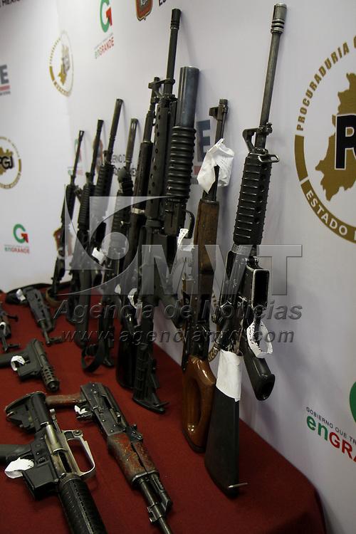 TOLUCA, México.- La Procuración General de Justicia del Estado de México informo sobre el decomiso de más de 15 rifles de asalto, lanzagranadas, cuernos de chivo, y más de 600 cartuchos útiles y cargadores que serían utilizados para ejecutar a policías municipales de Zinacantepec. Agencia MVT / Crisanta Espinosa. (DIGITAL)