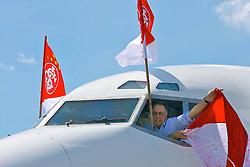 Fernando Carvalho mostra a bandeira, na janela da cabine de comando do avião ao desembarcar no aeroporto Internacional de Guarulhos. FOTO: Jefferson Bernardes/Preview.com