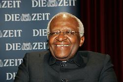 """Der südafrikanische Erzbischof Desmond Tutu erhält den """"Marion Dönhoff Hauptpreis für internationale Verständigung und Versöhnung"""" 2007 im Schauspielhaus Hamburg am 02.12.2007"""