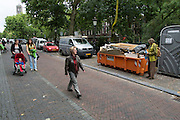 Voetgangers lopen over de Oudegracht in Utrecht.<br />