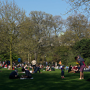 Green park, London, UK. 8th April. UK Weather: Spring full of people enjoy the sunshine in Green park and Green park. by See Li