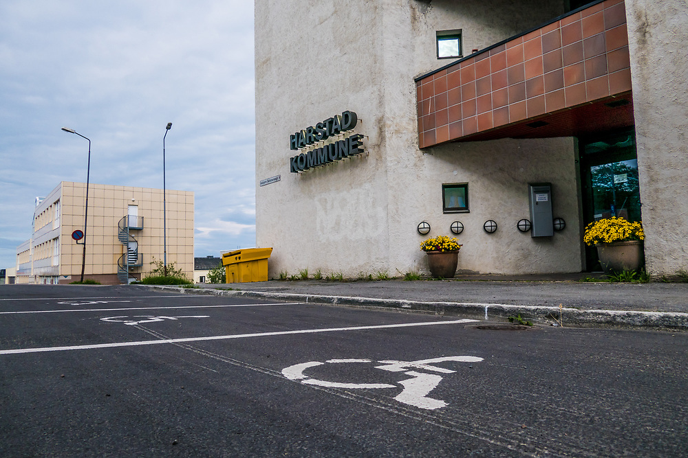 Rullestol-symbol utenfor Rådhuset i Harstad varsler om reservert parkering for personer med funksjonshemning.
