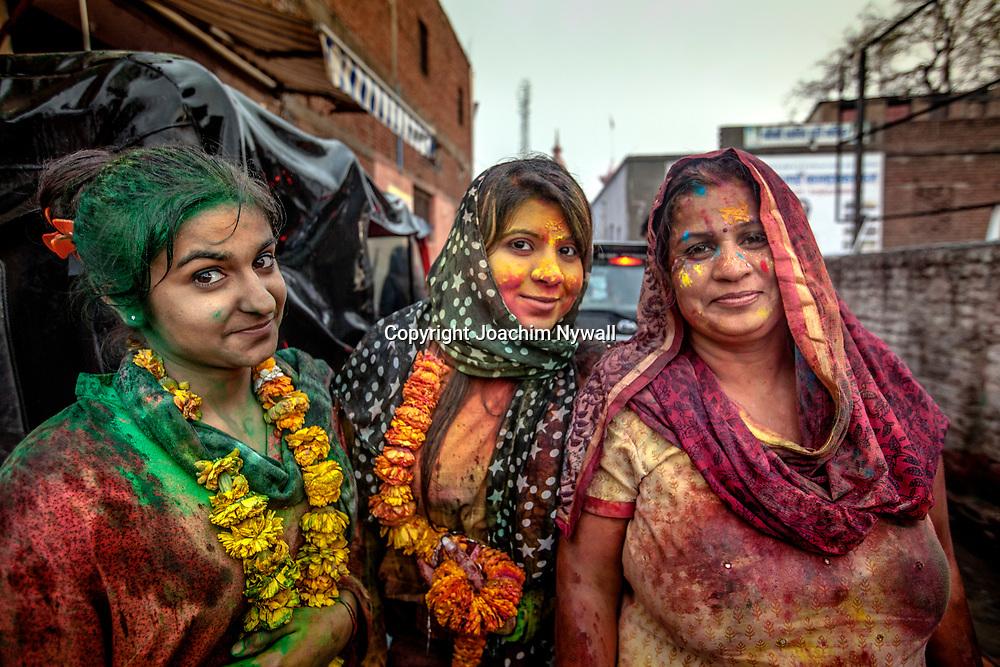 Vrindavan 2017 03 10 Indien<br /> Holi hinduernas vårfest eller färgfest firas i Bankey Bihari Mandir i Vrindavan<br /> Porträtt av tre indiska kvinnor<br /> <br /> ----<br /> FOTO : JOACHIM NYWALL KOD 0708840825_1<br /> COPYRIGHT JOACHIM NYWALL<br /> <br /> ***BETALBILD***<br /> Redovisas till <br /> NYWALL MEDIA AB<br /> Strandgatan 30<br /> 461 31 Trollhättan<br /> Prislista enl BLF , om inget annat avtalas.