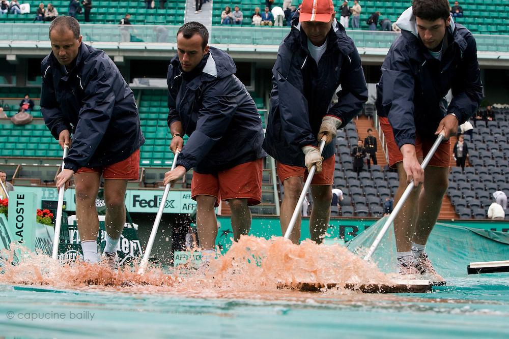 Paris, France. May 26th 2009. .Roland Garros - Tennis French Open. 1st Round..Rain interrupts matches.