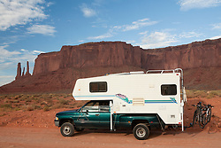 North America, Arizona, Four Corners, Monument Valley Tribal Park, pick-up truck and camper