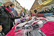 Nederland, Nijmegen, 3-10-2020 Mondmaskers te koop bij een marktkraam op demarkt.De coronamaatregelen zijn aangescherpt om aan een tweede golf en lockdown te ontkomen. Foto: ANP/ Hollandse Hoogte/ Flip Franssen
