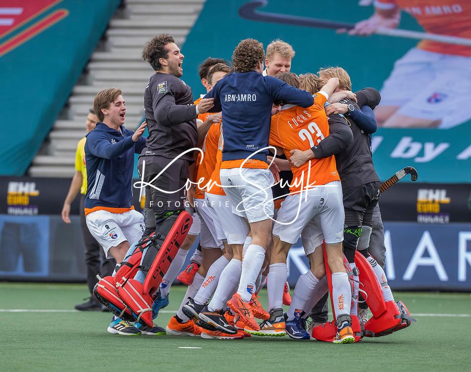 AMSTELVEEN -  Vreugde bij keeper Maurits Visser (Bldaal) met  het team van Bloemendaal na de winst tijdens de halve finale wedstrijd mannen EURO HOCKEY LEAGUE (EHL),  HC Bloemendaal- Royal Leopold Club (Bel)(1-1) Bloemendaal wint shoot outs en plaatst zich voor de finale.  COPYRIGHT  KOEN SUYK