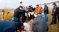 06.11.2011 Bohoniki (woj podlaskie) Polscy Tatarzy rozpoczeli swieto Kurban Bajram ( Swieto Ofiarowania ) jedno z najwazniejszych swiat muzulmanskich . W Bohonikach w ofierze zlozono byka n/z rozdzial miesa wsrod wiernych fot.Michal Kosc/AGENCJA WSCHOD UWAGA!!!ZDJECIA NIE MOGA BYC WYKORZYSTANE W INNYM KONTEKSCIE NIZ DOTYCZACYM POLSKICH TATAROW ANI OBRAZAJACYM UCZUCIA RELIGIJNE MNIEJSZOSCI TATARSKIEJ!!!