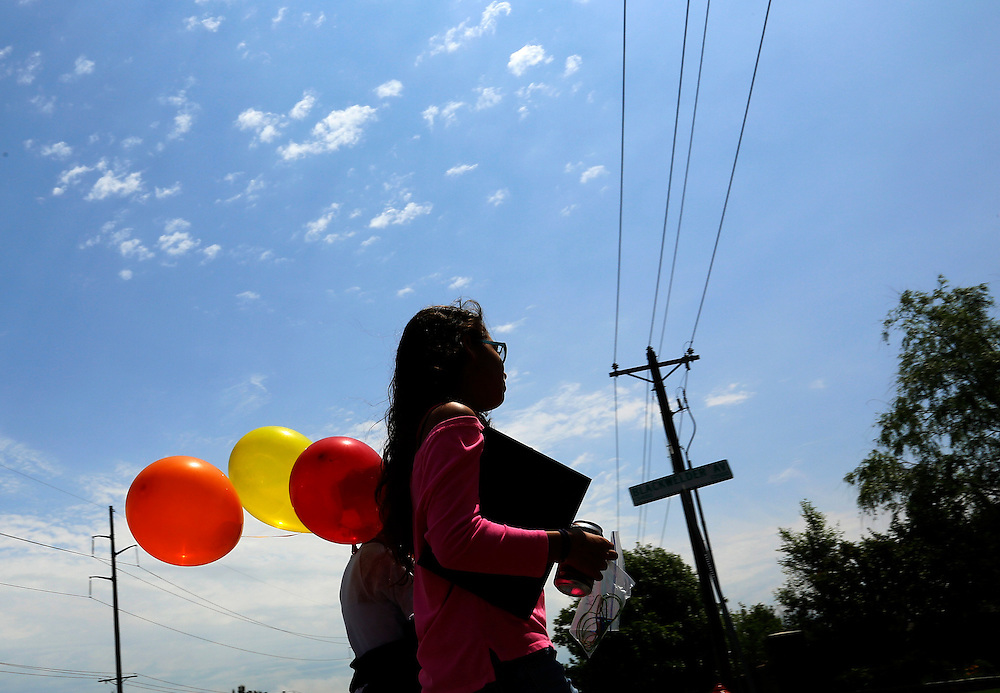 Students from elementary school walk with balloons after being dismissed on the last day of school in Oklahoma City, May 23, 2013. Seven children died in the Plaza Towers elementary  school with the first being laid to rest today. REUTERS/Rick Wilking (UNITED STATES)