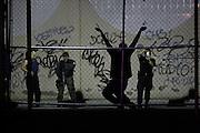 """CD. JUAREZ CHIH.31-08-09.INFORMACION GENERAL.El cuerpo de un hombre  fue encontrado colgado y esposado en el estacionamiento de un bar de nombre """"Seven y Seven"""" ubicado en la av,Tecnologico y Pedro Rosales de Leon .Los hechos ocurrieron a las 10 de la noche el lunes 31 de agosto del 2009 en ciudad Juárez.Foto/José Luis González/El Diario."""