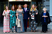 Koninklijke familie komt aan bij Carre
