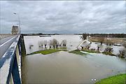 Nederland, Nijmegen, 15-01-2015 Het waterpeil van de rivier de Waal stijgt weer. zich. Het voetgangersbruggetje, wandelbrug de Ooijpoort dat Nijmegen verbindt met de stadwaard in de Ooijpolder is niet meer te gebruiken Foto: Flip Franssen/Hollandse Hoogte