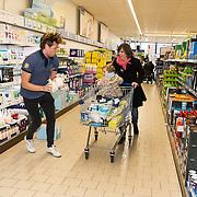 NLD/Hiuizen/20190108 - '1 Minuut gratis winkelen met Radio 538', Wietze de Jager helpt een winnaar met winkelen