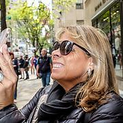 Fifth Avenue, New York. May 10, 2018. #photoobserve #canpubphoto #in_public_collective #in_public_sp #observecollective#myspc#lensculturestreets#everybodystreet #streetlife_award#burnmyeye #streetsgrammar#nycspc#streetphotography#streetphotographyinternational#newyorkcity#streetleaks#wearethestreet#ourstreets#storyofthestreet#cityclickr#scotsurbeckphotographer#magnumphotos#Streetphotographerscommunity