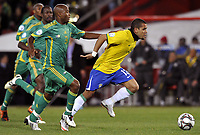Fotball<br /> Brasil v Sør Afrika<br /> Foto: DPPI/Digitalsport<br /> NORWAY ONLY<br /> <br /> FOOTBALL - CONFEDERATIONS NATIONS CUP 2009 - 1/2 FINAL - BRAZIL v SOUTH AFRICA - 25/06/2009<br /> <br /> DANIEL ALVES (BRA) / TSEPO MASILELA (RSA)