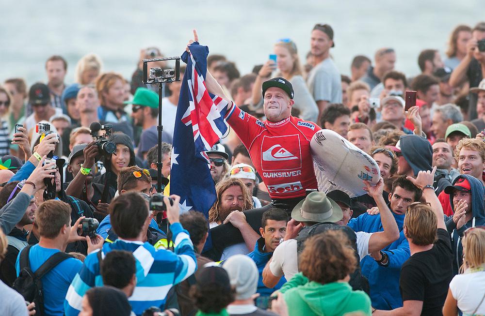 HOSSEGOR, FRANCIA - 4 DE OCTUBRE: Mick Fanning celebra su victoria en el Quiksilver Pro France 2013 en la playa de La Graviere el 4 de octubre de 2013 en Hossegor, Francia. (Photo by Aitor Bouzo)