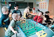 Nederland, Leidschenrijn, 10-10-2002..Leerlingen van een basisschool spelen tafelvoetbal tijdens de pauze. Een moeder met hoofddoek uit Bosnie houdt toezicht. Multicultureel, basisonderwijs, juichen..Foto: Flip Franssen/Hollandse Hoogte