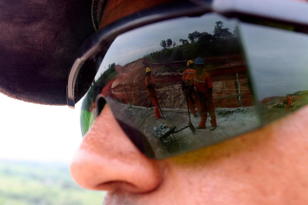 Betim_MG, Brasil. ..Operario de uma obra na BR 381 em Betim...The worker in the construction in BR 381...Foto: LEO DRUMOND / NITRO.